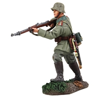 1916-18 German Infantryman Approaching with Caution